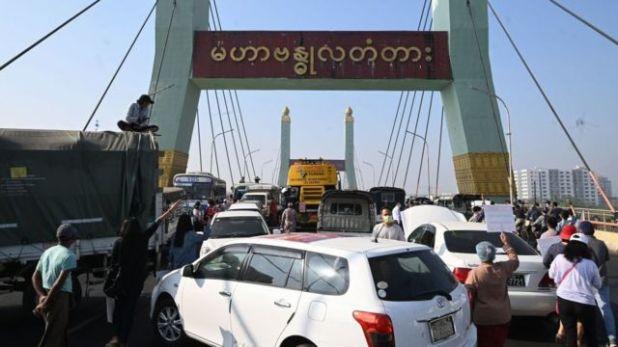 متظاهرون يغلقون بسياراتهم جسرا خلال مظاهرة ضد الانقلاب العسكري