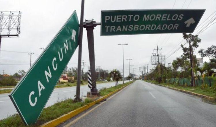 Cartel de Cancún caído tras los fuertes vientos.