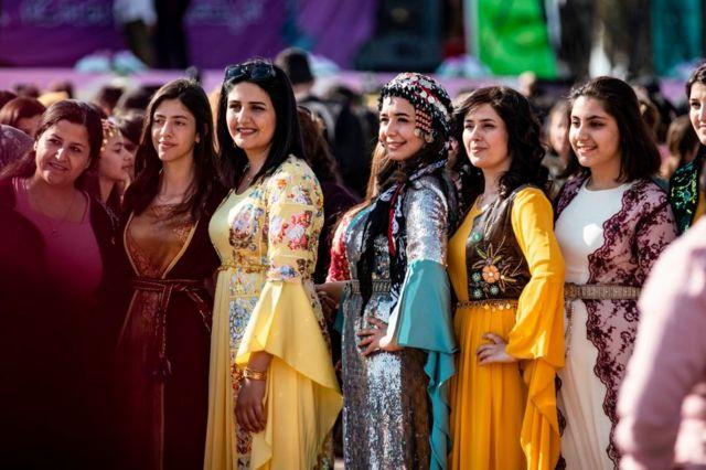 فتيات كرديات بالزي الكردي الفلكلوري