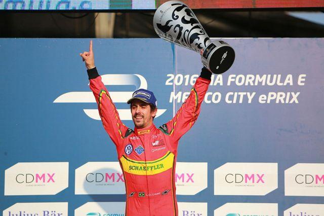 Un corredor de Fórmula E levanta su trofeo