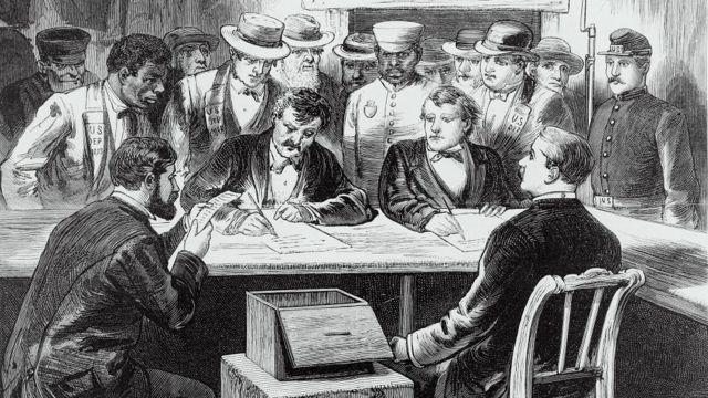 Electores se reúnen para depositar su voto en el colegio electoral de EE.UU.