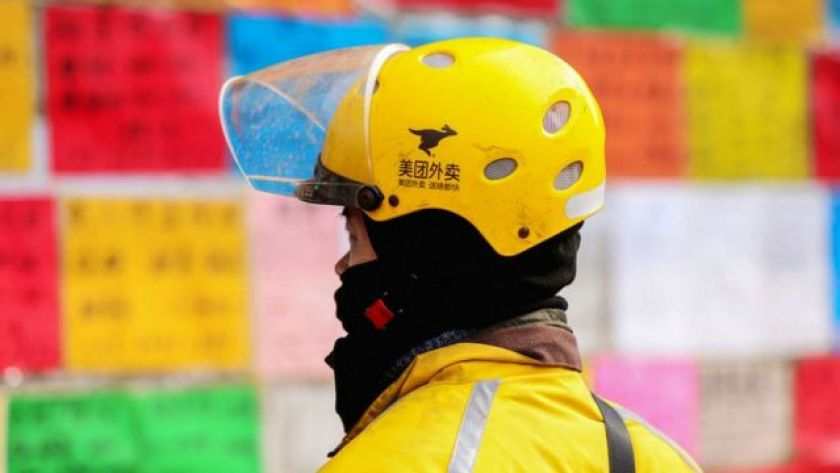 Delivery man with helmet with Meituan logo