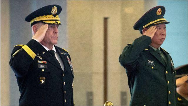 2016年8月16日,时任美国陆军参谋长马克·米利将军与中国人民解放军李作成将军在北京会晤的资料照片。