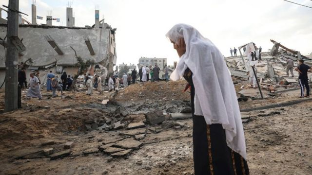 Una mujer en un sitio dañado por bombas en Gaza