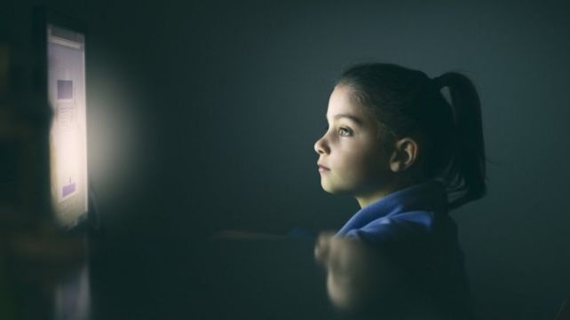 niña mirando una pantalla