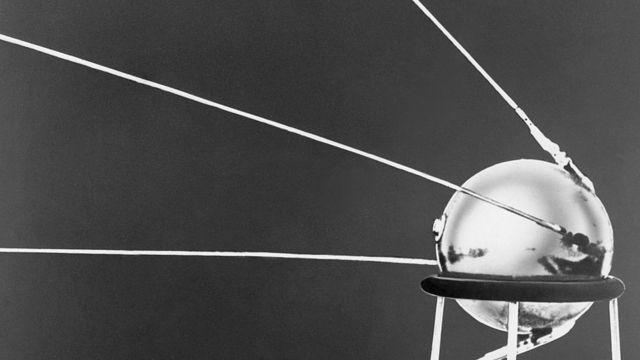 سبوتنيك 1 كان أول قمر صناعي ينطلق إلى الفضاء في مدار حول الأرض عام 1957