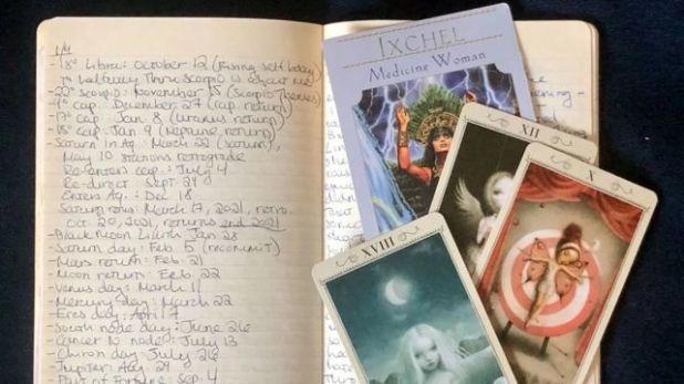 الملاحظات التي دونتها كارولين غولدستاين أثناء جلسة استشارة جيف هينشو المنجم وقارئ أوراق التاروت