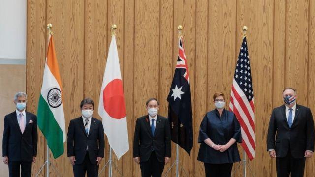 टोक्योमा आयोजित क्वाड सम्मेलनमा (बायाँबाट) भारतका विदेशमन्त्री एस जयशङ्कर, जापानका विदेशमन्त्री तोशिमिट्सु मोतेगी, जापानका प्रधानमन्त्री योशिहिदे सुगा, अस्ट्रेलियाकी विदेशमन्त्री मारिस पेन र अमेरिकी विदेशमन्त्री माइक पोम्पेओ