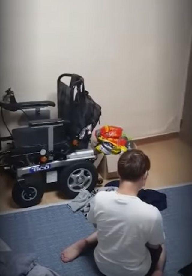 혼자 자가격리 시간을 버텨야했던 지체 장애인 A씨. 스브스뉴스 지난해 3월 보도 장면