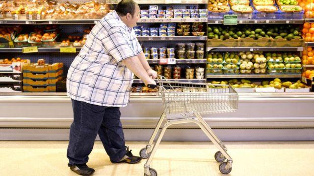 Hombre obeso en el supermercado.