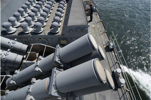 """特朗普政府本周向美國國會表示,美國計劃向台灣出售出售價值23.7億美元的""""魚叉""""(Harpoon)導彈系統。而被中方制裁的波音是""""魚叉""""交易的主要承包商(圖為英國皇家海軍的HMS蒙特羅斯號護衛艦上的魚叉導彈系統資料照片)。"""
