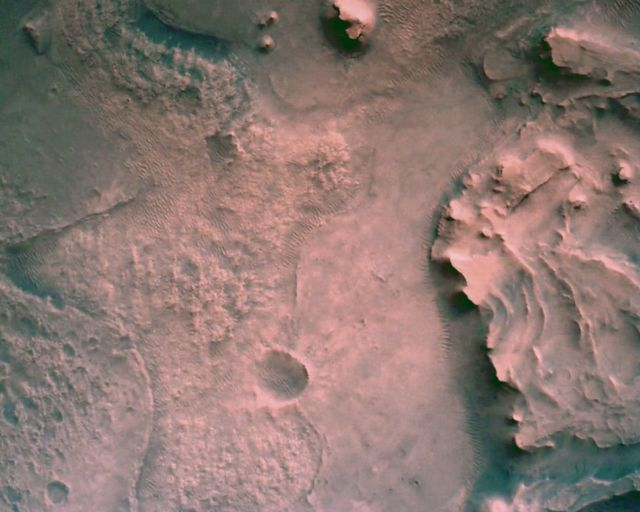 A superfície de Marte diretamente abaixo do rover Mars Perseverance da Nasa é vista usando a Rover Down-Look Camera