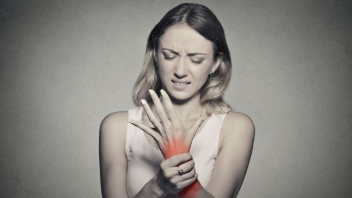 Mujer con síndrome del túnel carpiano