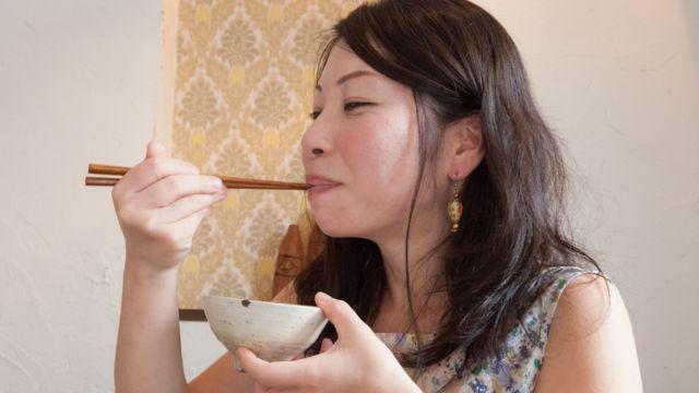 Umugore w'Umuyapanikazi akiri muto ariko arafungura umuceri
