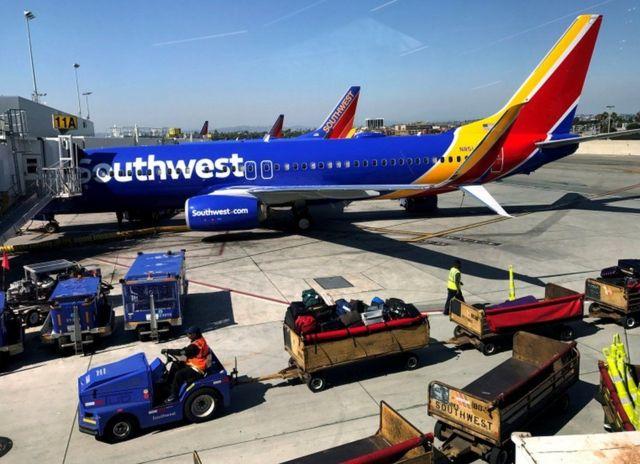 طائرة على ارض المطار