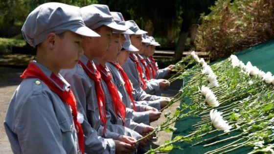 2018年4月3日,一群身着红军服的小学生为革命烈士的逝世哀悼。