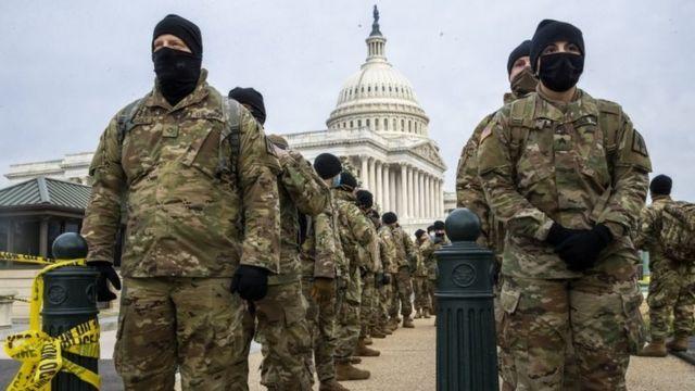 Funcionarios de la Guardia Nacional desplegados en las inmediaciones del Capitolio de Estados Unidos.
