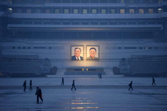 평양 김일성 광장에 김일성 주석과 김정일 국방위원장의 초상화가 걸려 있다