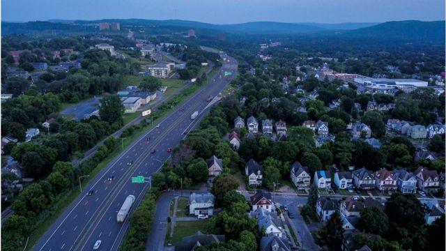 """Un área de la Interestatal 81, que los críticos llaman """"racista"""", divide un barrio de Siracusa en dos."""