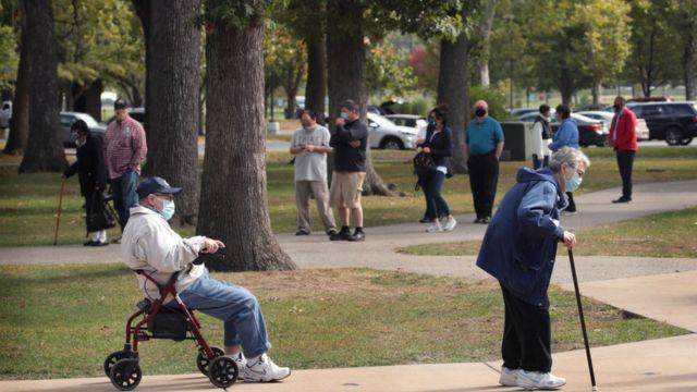 이달 초 연금생활자들이 인디애나주에서 투표를 위해 줄 서 있다