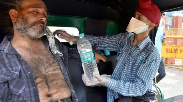 Hastalar, yatak beklerken hastane binalarının dışında kaldı.