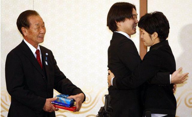 Коїхіро Іїзука та його названий батько на зустрічі з колишньою північнокорейською шпигункою Кім Хюн Хий
