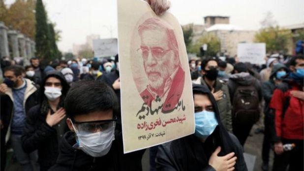 متظاهرون إيرانيون في احتجاج على مقتل العالم النووي محسن فخري زاده، نوفمبر/تشرين الثاني 2020