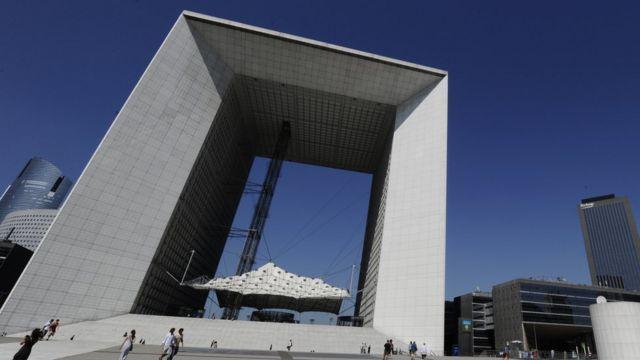 Велика арка Дефанс в Парижі