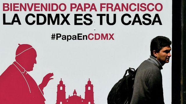 Un afiche de bienvenida al papa Francisco