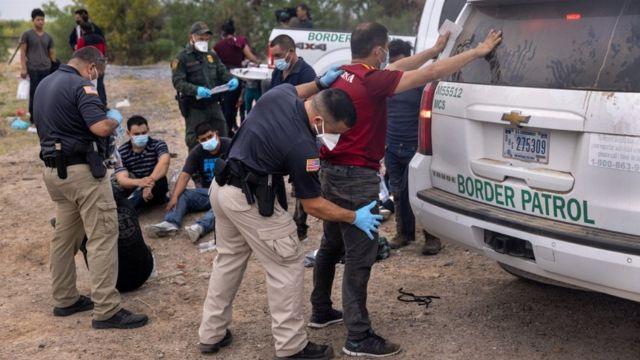 La Patrulla Fronteriza detiene inmigrantes.
