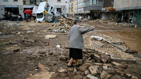 Torrentes de água varreram vilas e cidades em Ahrweiler, destruindo casas e derrubando carros
