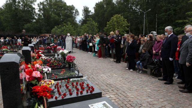 Familiares de mortos no Kursk se reúnem para evento comemorativo.