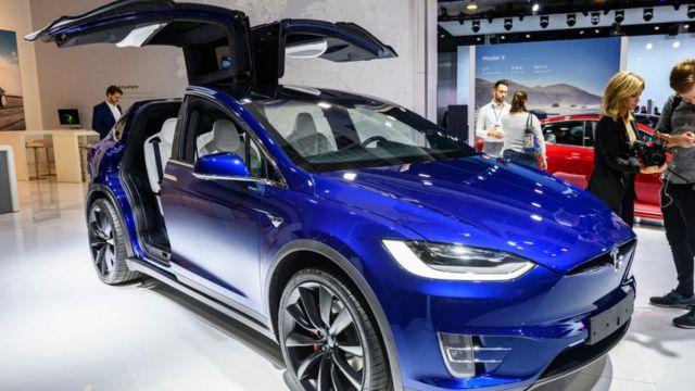 Auto Tesla modelo X 90D en una exhibición en Bruselas.