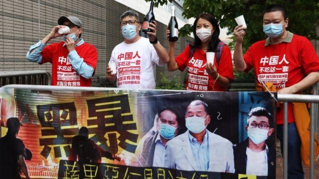 亲北京的抗议者庆祝句子
