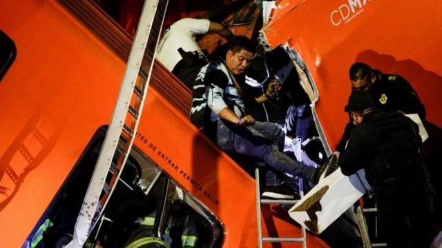 사고 현장에서 구조 대원들이 생존자를 구하고 있다
