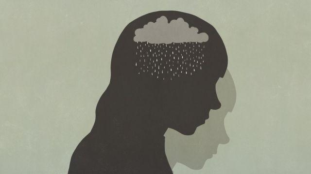 Silueta de una nube lluviosa dentro de la cabeza de alguien.