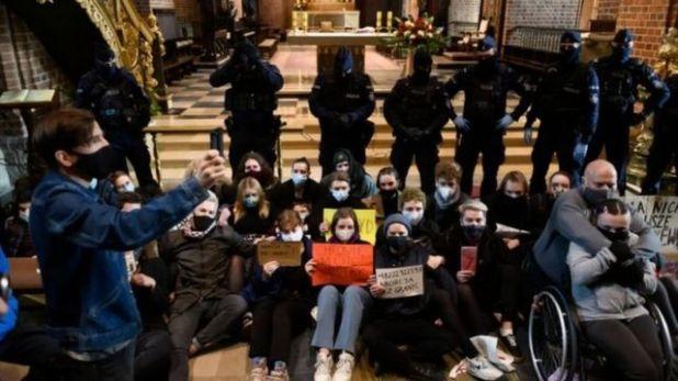 متظاهرون مؤيدون للإجهاض يعطلون قداس الأحد في كنيسة في مدينة بوزنان