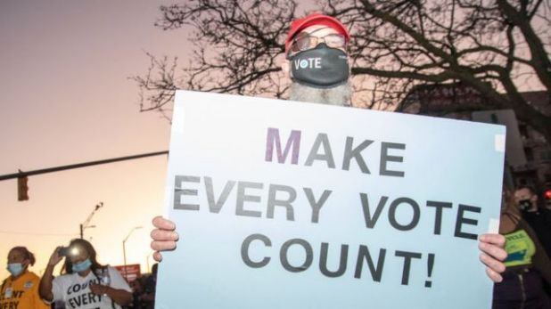 خرج بعض سكان مشيغان للاحتفال بنجاح بايدن في الانتخابات