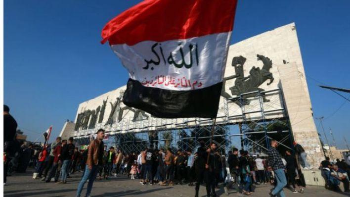 شبان في ساحة التحرير