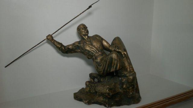 """Скульптура-козак зі списом на потопаючому човні відбивається від ворога. Автор - Єрмолов. З експозиції музею """"Поле Берестецької битви"""""""