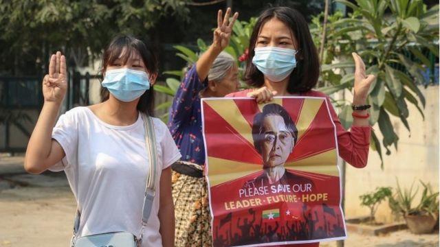 만덜레이에서 시위대가 구금된 지도자 아웅산 수치의 사진을 들고 있다