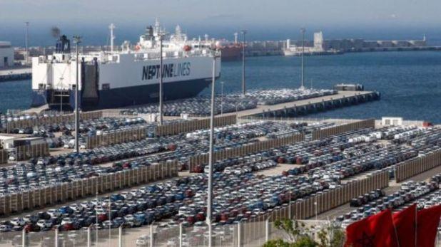 سيارات على رصيف ميناء في المغرب