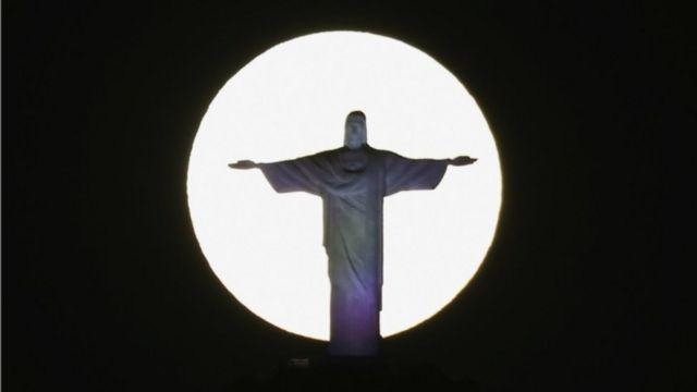 A superlua brilha atrás da estátua do Cristo Redentor no Rio de Janeiro