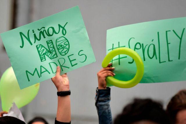 Una pancarta que dice Niñas No Madres