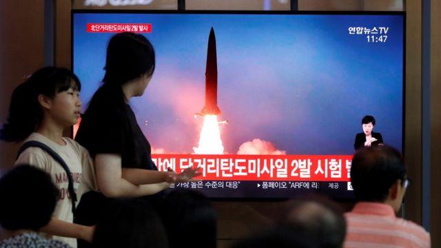 2019년 7월 31일, 북한이 단거리탄도미사일을 발사하는 장면을 보도하는 뉴스를 시청중인 서울 시민들