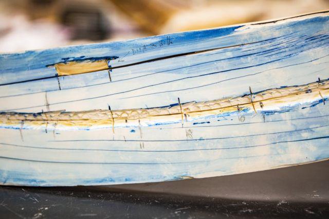 Расколотый пополам бивень на базе изучения стабильных изотопов на Аляске