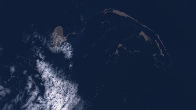 브라이언 교수는 위성 사진 분석 결과 덩어리가 현재는 두 개의 조각으로 나뉘어 '리본' 모양을 띠고 있다고 말했다