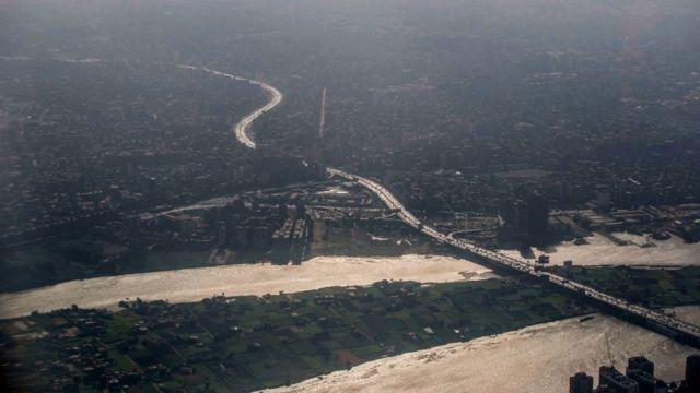 صورة جوية توضح الطريق الدائري الذي يحيط بالعاصمة المصرية القاهرة ويبدو نهر النيل، في 20 يونيو/حزيران 2020