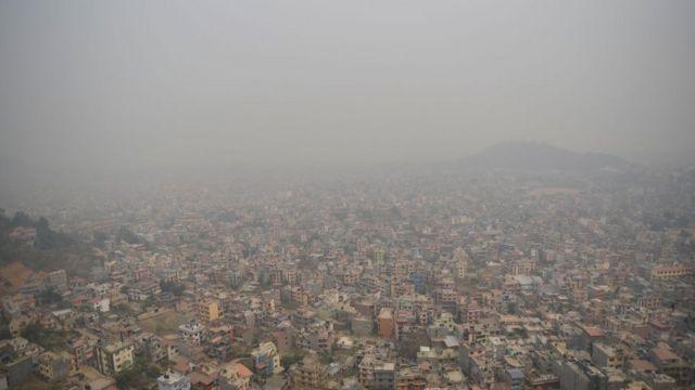 尼泊尔首都加德满都笼罩在薄雾中