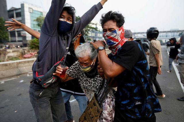 Waa mudaaharaadayaasha magaalada Jakarta oo haweeneey da' ah difaacaya xilli iyaga iyo booliska uu iska hor imaad dhexmaray.